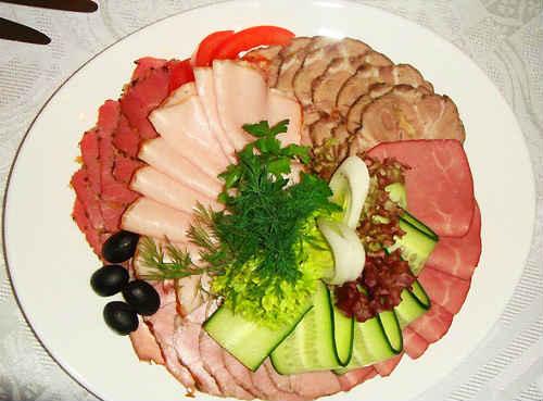 мясная тарелка на праздничный стол