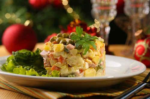 салат оливье классический с колбасой и свежим огурцом