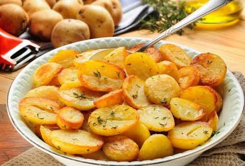 картошка на сковороде с луком