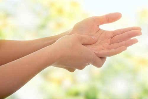 немеют пальцы на левой руке причины