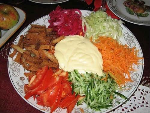 козел в огороде с корейской морковью, капустой