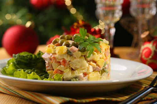 салат оливье с колбасой и свежим огурцом