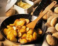 Как правильно жарить картошку на сковороде с хрустящей корочкой, луком, мясом, грибами