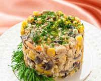 Салат с курицей, ананасами и грибами - рецепты слоями, с сыром, яйцами, орехами