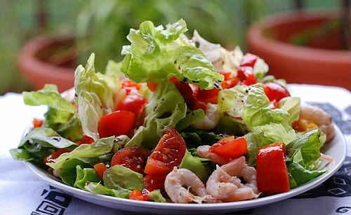 Салат с авокадо и тунцом и помидорами и майонезом