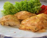 Куриное филе в кляре с сыром, майонезом, сухарями, пивом на сковороде