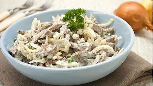 как приготовить салат с говядиной и маринованным луком